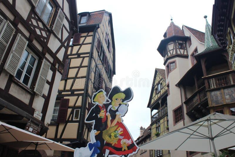 Gamla tudorstilhus med oriels och torn i Colmar arkivfoto