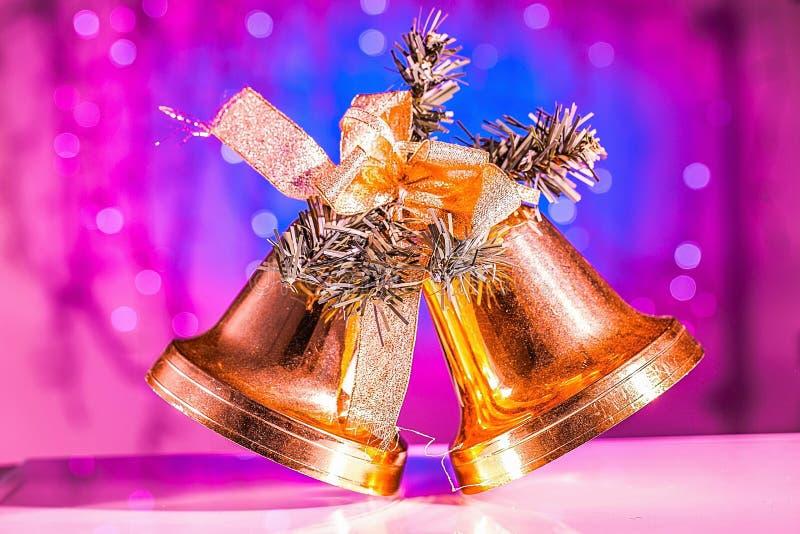Gamla två guld- klockor för nära övre sikt på att moussera blå bakgrund Jul/nytt år härliga bakgrunder arkivbild