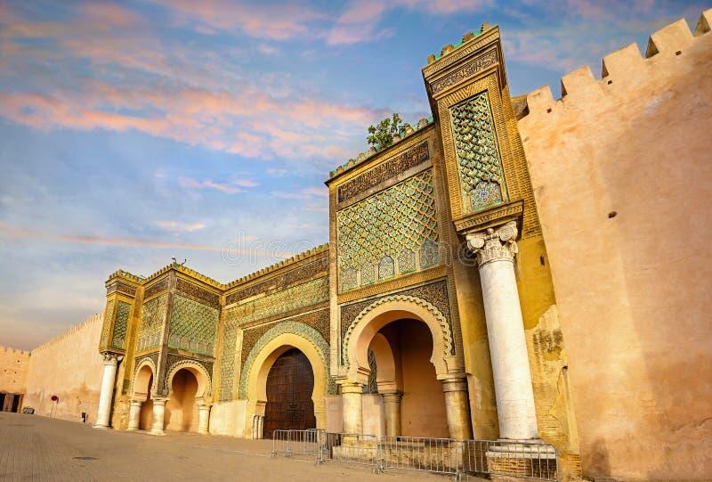 Gamla väggar med gate Bab Mansour i mediina i Meknes Marocko, Nordafrika arkivbild