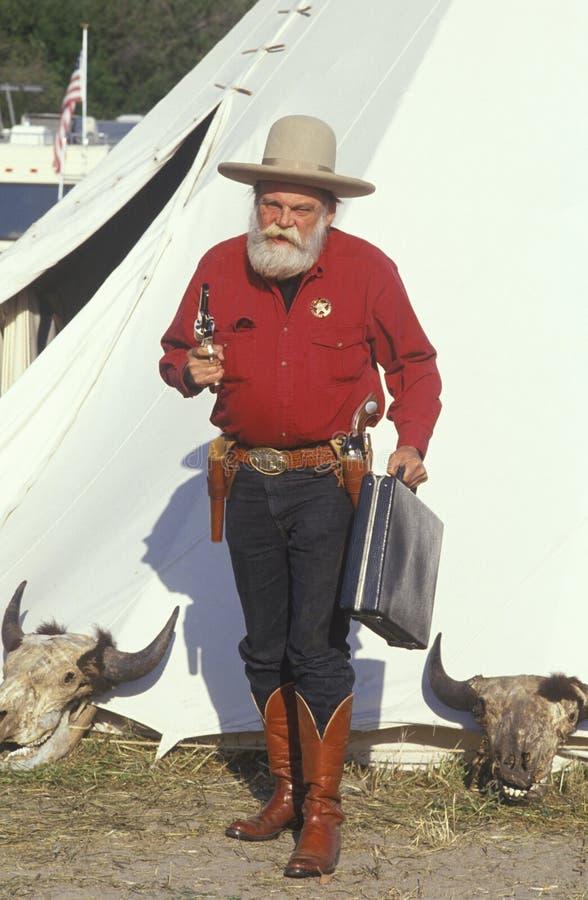 Gamla västra gunslingerteckningsvapen under historisk reenactment, CA royaltyfri bild