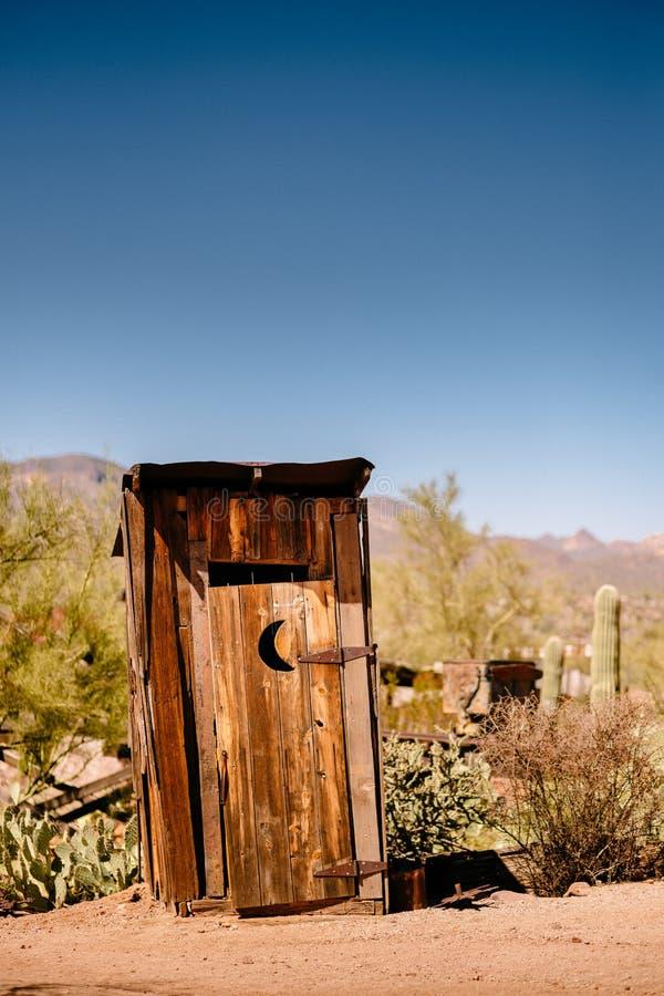 Gamla västra torra Toilette i spökstad för guld- min för guldfält i Youngsberg, Arizona arkivbild