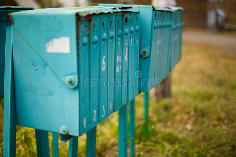 Gamla vertikala metallbrevlådor i gatan royaltyfri fotografi