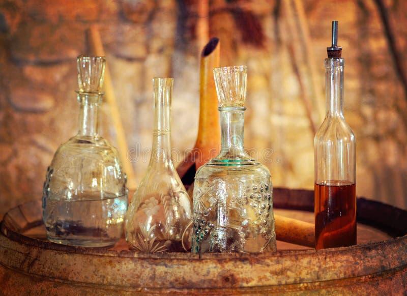 Gamla ware i en vinkällare arkivbild