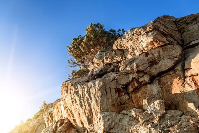 Gamma del primo piano delle montagne con cielo blu di contrapposizione fotografia stock libera da diritti