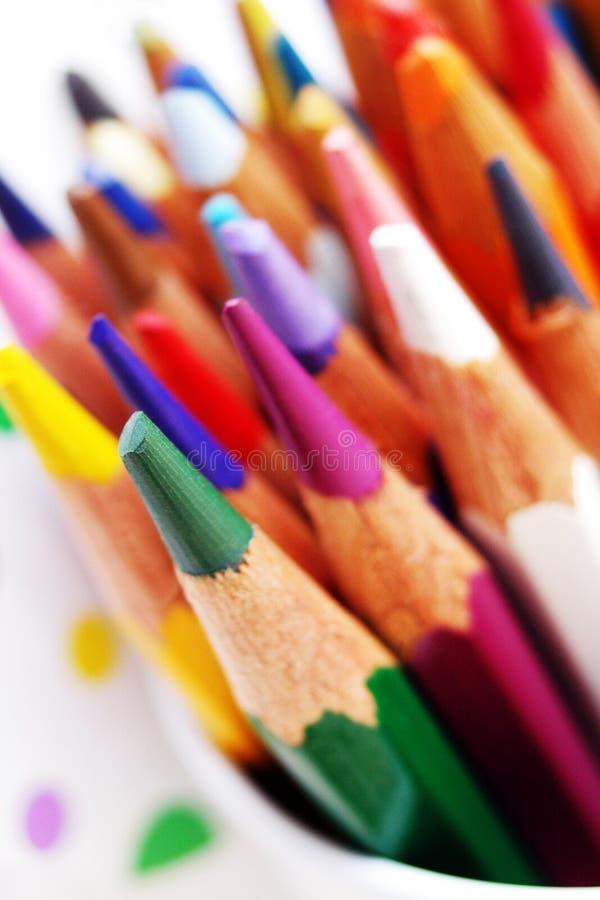 Gamma di colori di coloritura delle matite luminose di arte fotografia stock libera da diritti