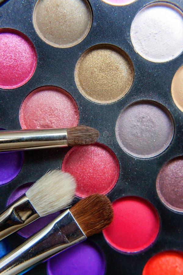 Gamma di colori e spazzole di trucco immagini stock
