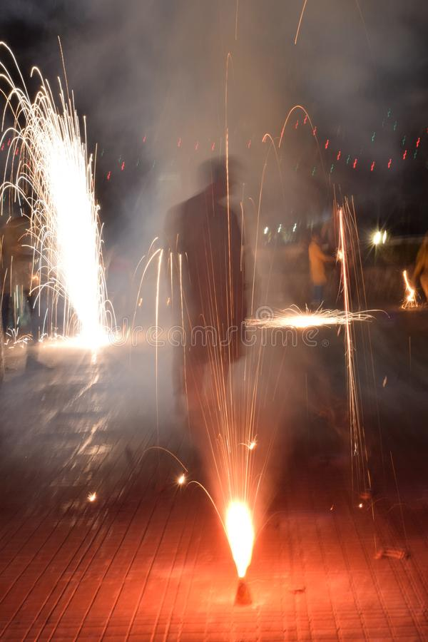 Gamma di fuochi d'artificio luminosi e colourful vari al festival di Diwali fotografia stock