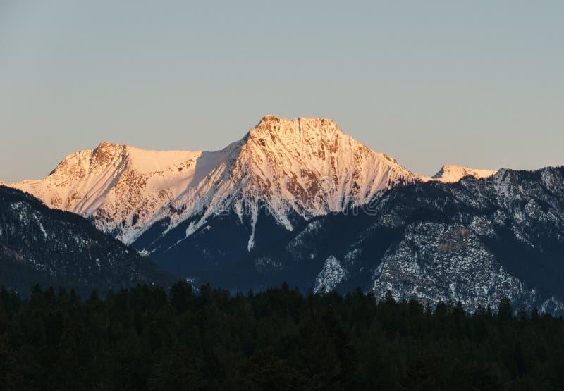 Gamma di Rocky Mountains al tramonto in Columbia Britannica Canada in primavera immagini stock libere da diritti