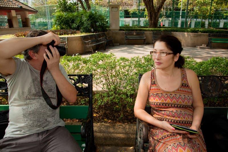 Gammal-åldrades par på parkera royaltyfria foton