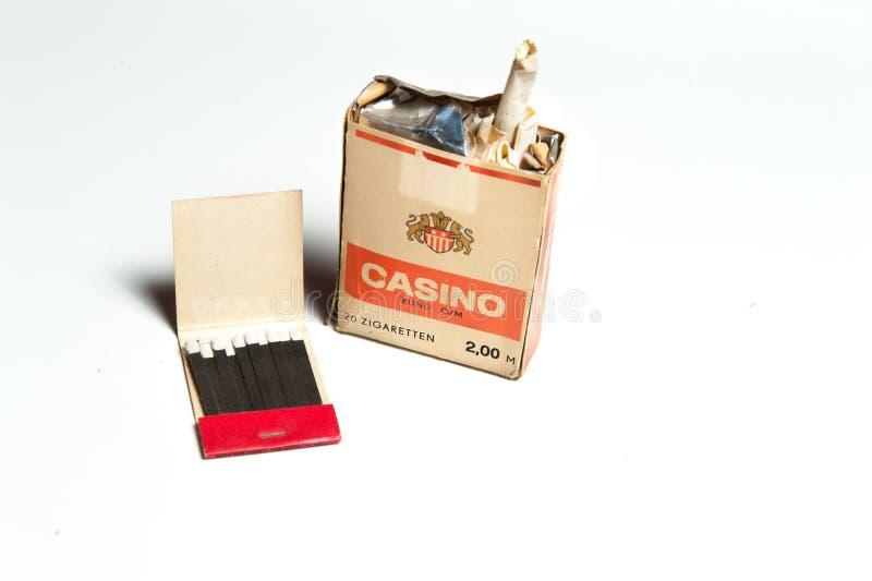Gammal åldrig Östtyskland packe av cigaretter och matcher arkivfoto
