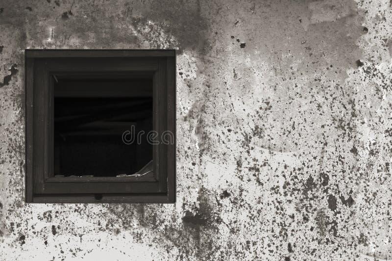 Gammal åldrig rostad målarfärg för vägg för koja för hydda för grå färgsvart vit, bruten träram för fönsterexponeringsglas, riden royaltyfri foto