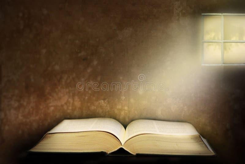 Gammal öppen bok med ljus som kommer från fönstret royaltyfria foton