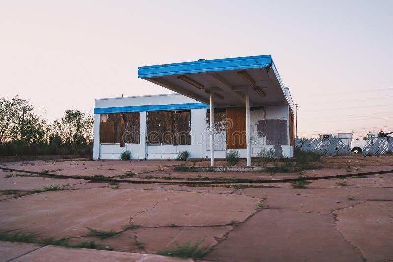 Gammal övergiven byggnad, troligen en bensinstation, i Holbrook Arizona royaltyfri fotografi