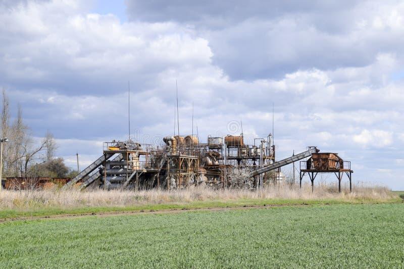 Gammal övergiven eterisk växt Rostad utrustning för destillationen av nödvändiga oljor gammal övergiven fabrik arkivbilder