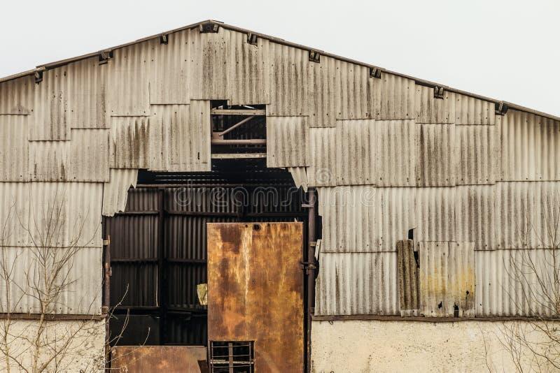 Gammal övergiven förfallen jordbruks- hangar arkivfoton