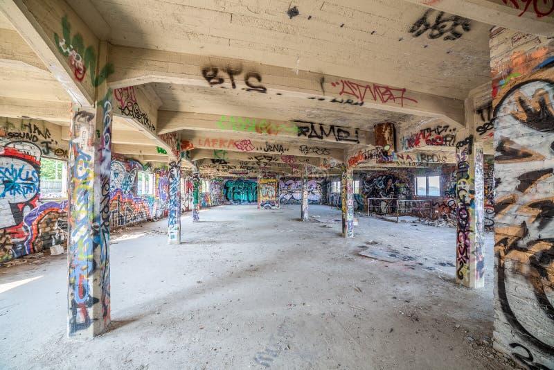 Gammal övergiven fabrikskorridor royaltyfria foton