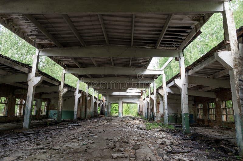 Gammal övergiven hangar Stor övergiven byggnad Gammal sovjetisk hangar arkivfoto