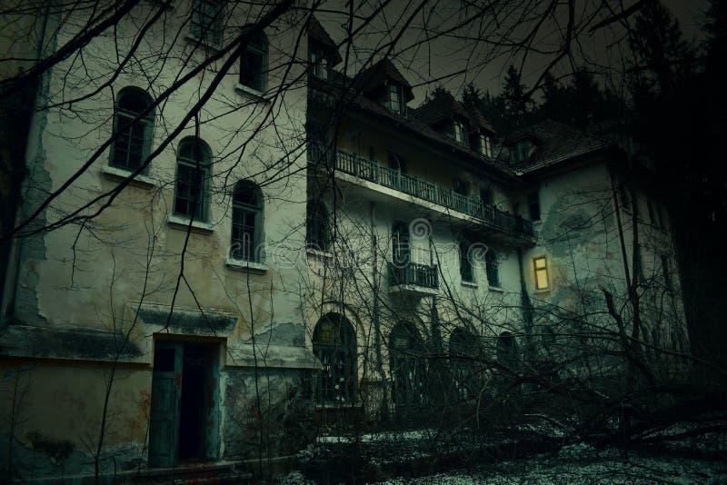 Gammal övergiven herrgård i spöklik skog för mystiker det forntida spökade huset av Frankenstein med mörk fasaatmosfär och kuslig royaltyfri foto