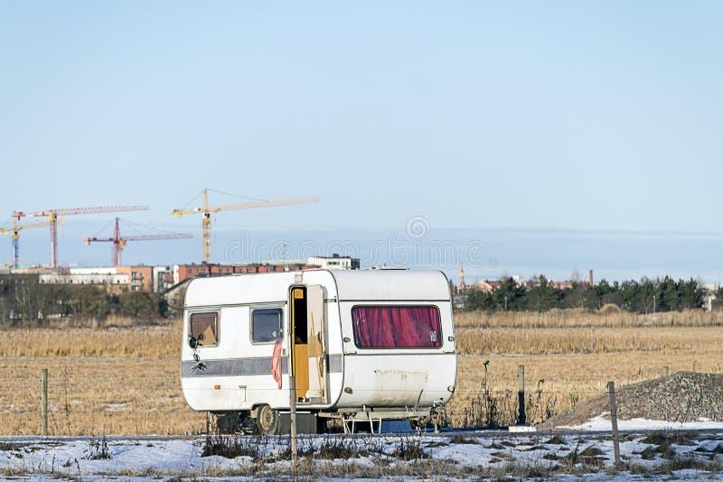 Gammal övergiven husvagn arkivfoto