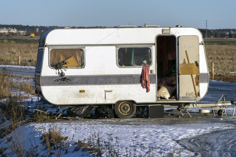 Gammal övergiven husvagn arkivbild