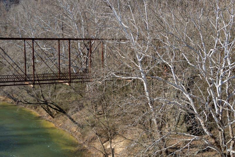 Gammal övergiven järnbro över gräshoppagaffelfloden i krigarealab royaltyfri foto