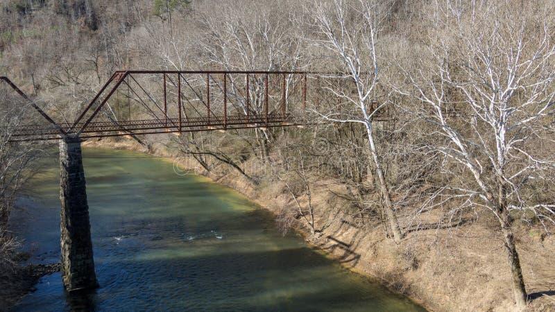 Gammal övergiven järnbro över gräshoppagaffelfloden i krigarealab royaltyfri fotografi