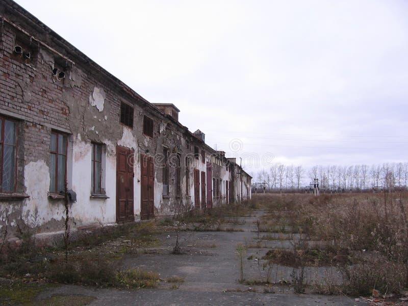 Gammal övergiven onödig konstruktion för dyster byggnad arkivbilder