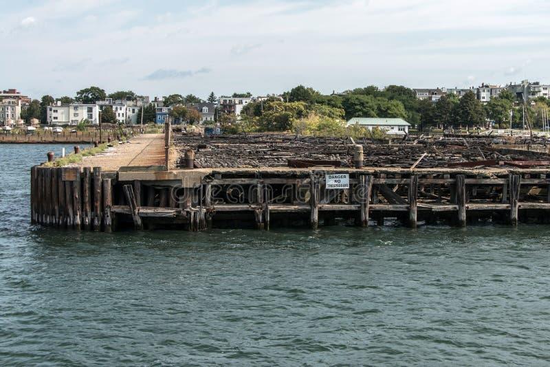 Gammal övergiven pir i Boston - massachusetts USA den träbrutna skeppsdockan royaltyfri bild