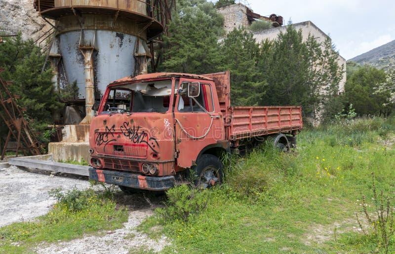 Gammal övergiven röd bil i gammal min på den sardinia ön royaltyfria foton