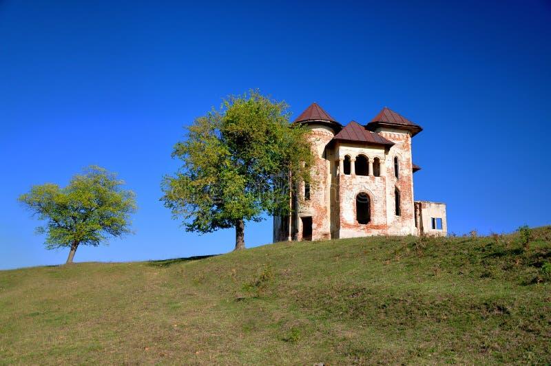 Gammal övergiven romanian slott royaltyfri foto