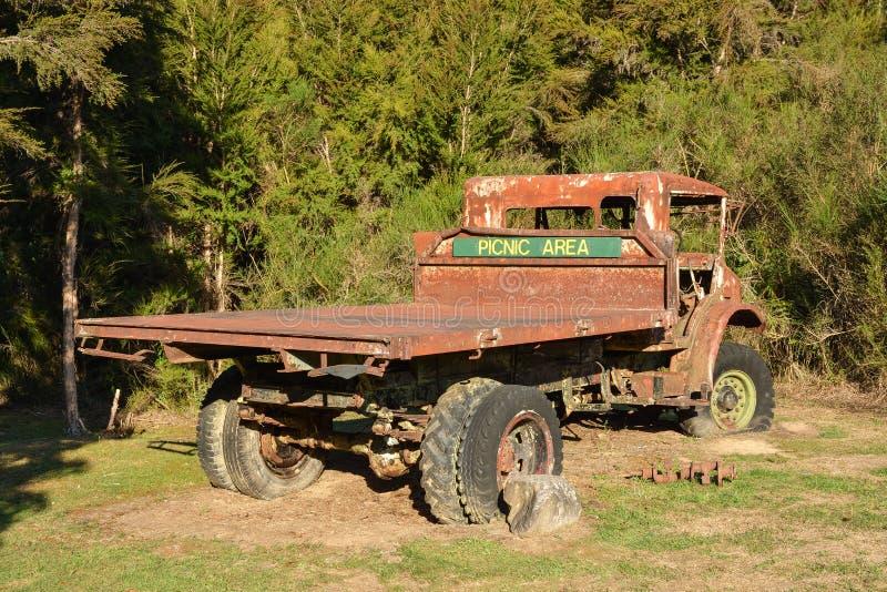 Gammal övergiven rostig lastbil, idealt ställe som tar den snabba picknicken royaltyfri foto