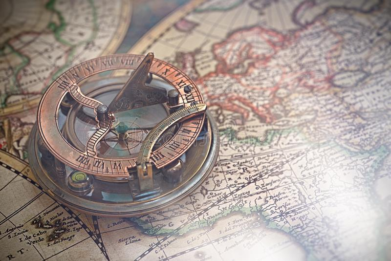 Gammal översikt, kompass, navigering och geografi arkivbild