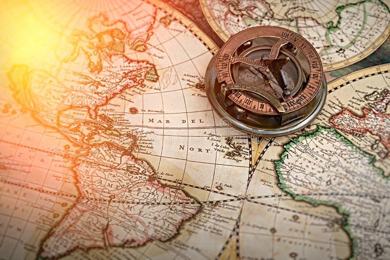 Gammal översikt, kompass, navigering och geografi arkivfoton