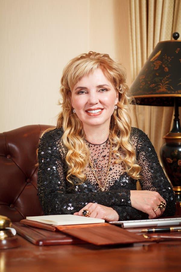 Gammal affärskvinna i regeringsställning royaltyfri fotografi