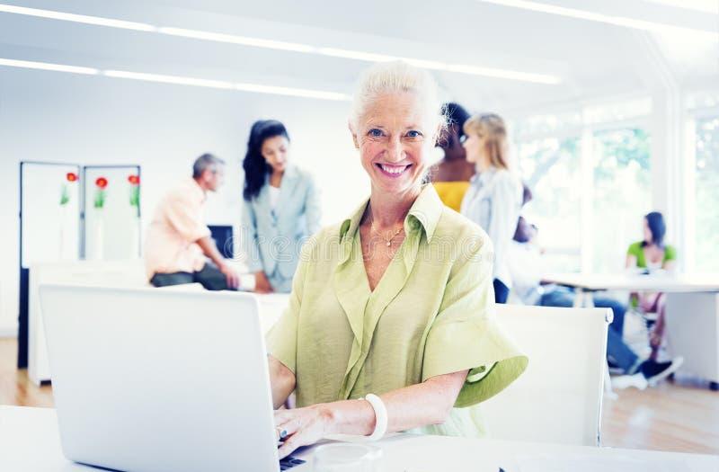 Gammal affärskvinna Working i kontoret arkivbild