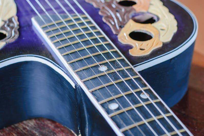 Gammal akustisk gitarr, arkivbild