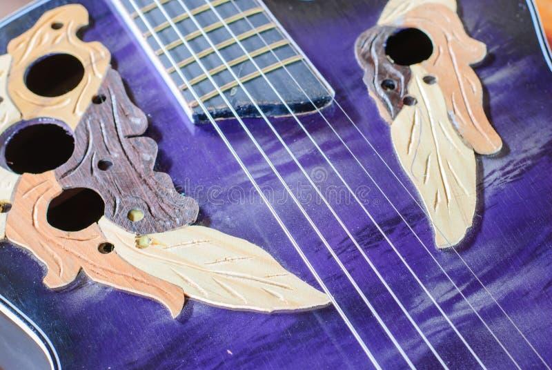 gammal akustisk gitarr arkivfoton