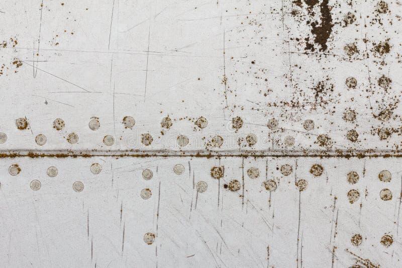 Gammal aluminum bakgrundsdetalj av ett militärt flygplan, yttersidakorrosion arkivbilder