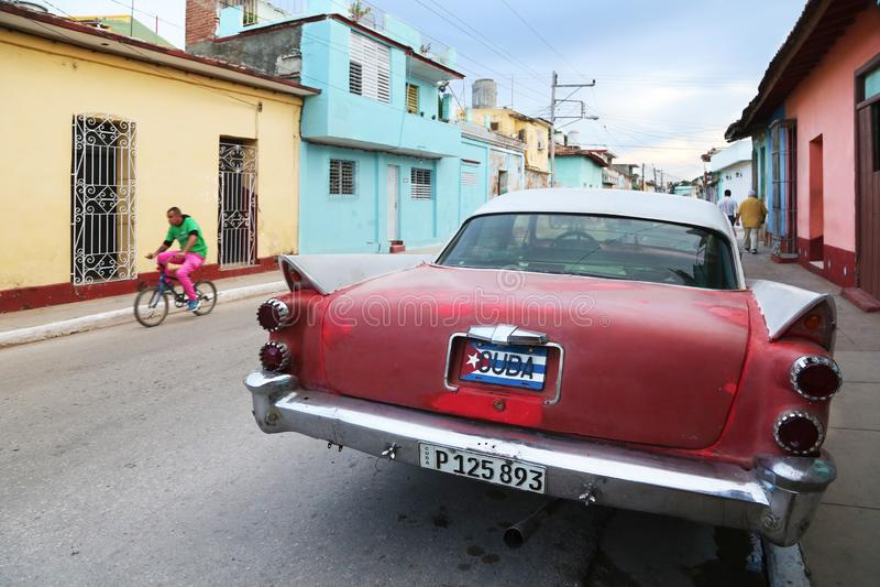 Gammal amerikansk bil i en gata av Trinidad av Kuban arkivfoton