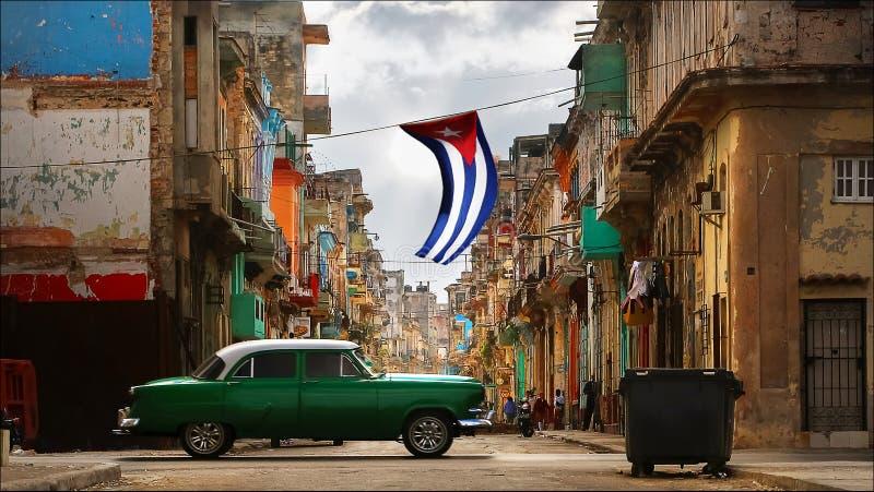 Gammal amerikansk grön röd bil i den gamla staden av havannacigarren mot bakgrunden av spansk kolonial arkitektur arkivfoto