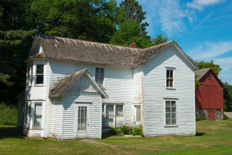 Gammal amerikansk lantbrukarhem och ladugård, lantgård arkivbild