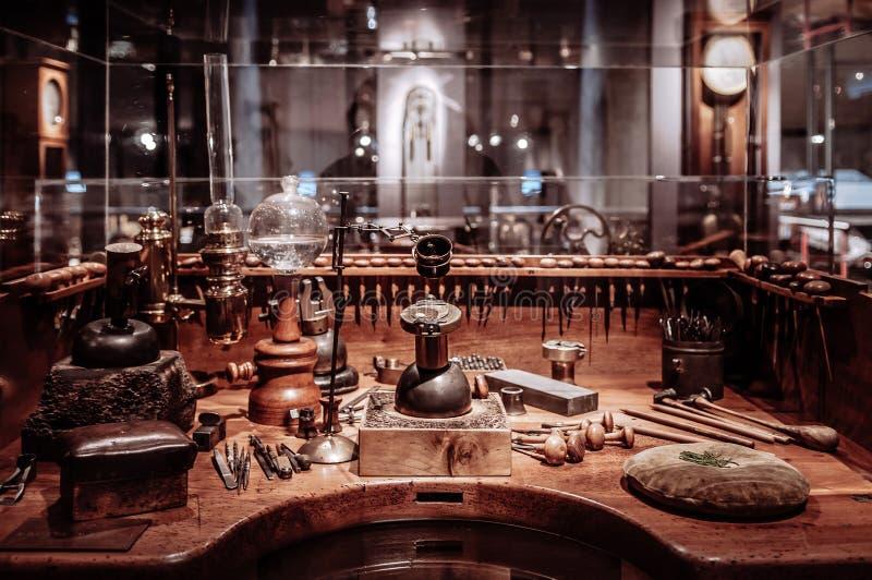 Gammal antik clockmakertabell med hjälpmedel arkivfoton