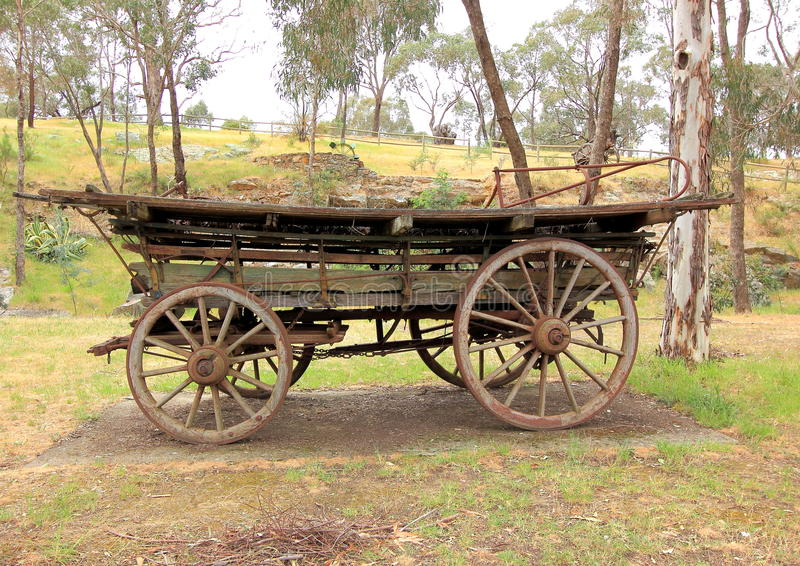 Gammal antik dragen vagn för nybyggare häst arkivbild