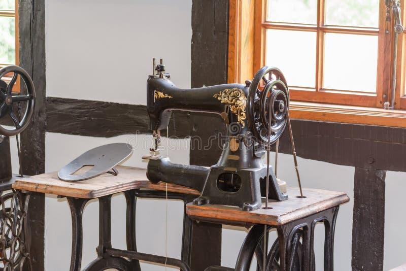 Gammal antik symaskin arkivfoto