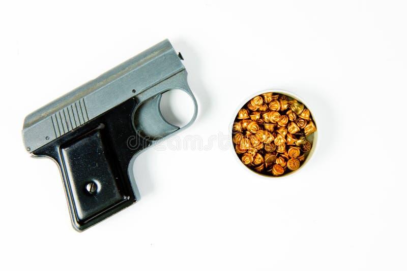 Gammal använd grå startande pistol med det svarta fattandet - ask av små falska ammunitionar royaltyfri bild
