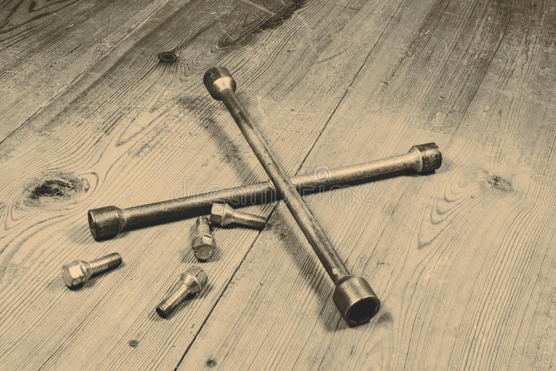 Gammal använd skiftnyckel med skruven royaltyfri bild