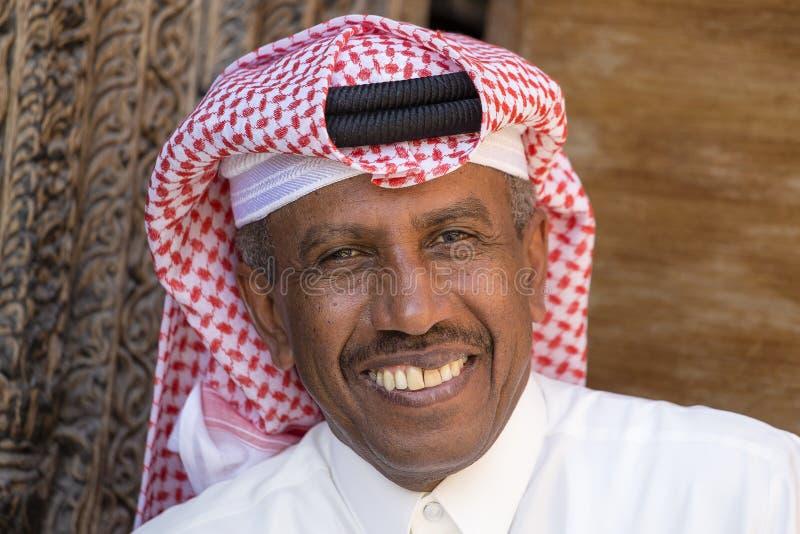 Gammal arabisk man för stående i den Souq Waqif marknaden doha qatar royaltyfri fotografi