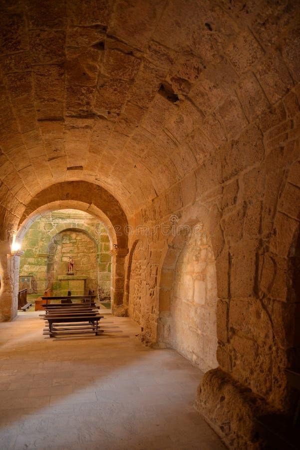 Gammal arkitektur för stenromanesquekyrka i Sardinia, Italien royaltyfria bilder