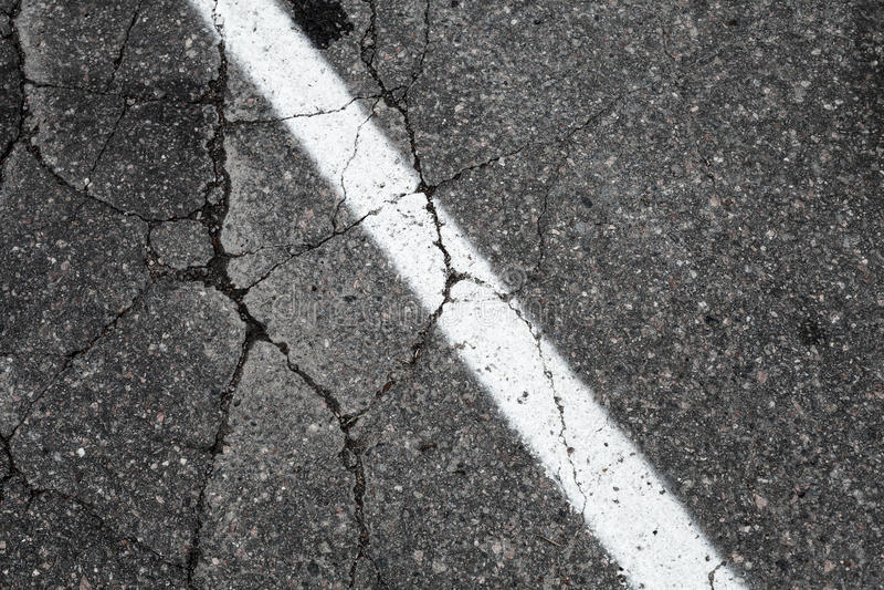 Gammal asfaltväg med den vita delande linjen royaltyfri fotografi