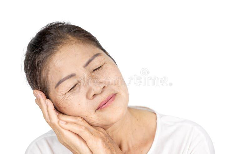 Gammal asiatisk kvinna i studiohuvudskott med serenitet eller drömmabegrepp royaltyfri bild